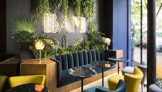 Au cœur du 11e arrondissement de Paris se trouve un lieu hybride situé entre karaoké et bar à cocktails. Aménagé par l'architecte d'intérieur Michaël Malapert, le BAM Parmentier s'inspire aussi bien du style architectural californien des années 19...