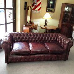 Sofa chesterfield de 3 cuerpos tapizado en cuero vacuno quebrado efecto gastado