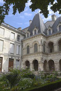 Maison Henri II,  Située rue des Augustins, la maison Henri II ou de Diane de Poitiers est une luxueuse demeure construite en 1555 pour Hugues de Pontard, seigneur de Champdeniers. De style renaissance, Il ne s'agit en fait pas d'une maison comme son nom pourrait sembler l'indiquer, mais plutôt un décors extraordinaire d'étroits couloirs…C.B.