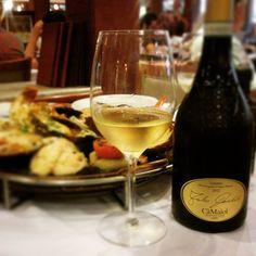 Lugana Fábio Contato 2012. Um vinho branco que passa por estágio de 6 meses em barricas, mais 3 na garrafa. Ele possui cor palha brilhante. Os aromas remetem a amêndoas. Na boca persistência e untuosidade difícil de se encontrar. O paladar é marcante, persistente. Nós harmonizamos com frutos do mar grelhados, condimentados e saborosos. Compre em: 👉 https://vivaovinho.shop/ #vinho #vivaovinhoshop #fotooficialvov #italia #vinhositalianos #trebbiano…