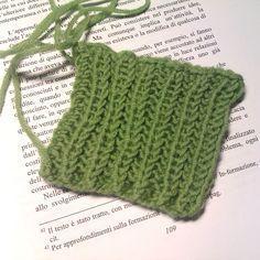 """Punto per sciarpe non arrotola. Elizabeth Zimmermann diceva che nella maglia tutto è già stato inventato almeno una volta, quindi parlava di """"unventare"""" per tutte le sue innovazioni (o forse """"unnovazioni""""!). Questo punto l'ho """"uventato"""" io una mattina: l'ho immaginato camminando e l'ho lavorato al mio arrivo a casa. È un punto semplice, una costa modificata, derivante dalla falsa costa … Knit Crochet, Crochet Hats, Knitting Needles, Knitted Hats, Shawl, Winter Hats, Crochet Patterns, About Me Blog, Wool"""