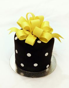 Black might not immediately spring to mind when it comes to wedding cakes, but paired with cute polka dots and this gorgeous sunny yellow bow, it really works! Image (and cake) by Linda Marklund (CC-BY).