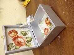 Una caja vieja, unos cuantos retales y un poco de imaginacion