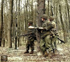 American soldiers, one with Panzerfaust, Armored Division, April 1945 Military Photos, Military Art, Military History, Ww2 Photos, History Photos, American Uniform, Ww2 Tanks, American Soldiers, German Army