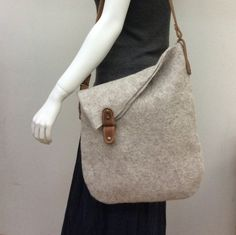 Gray shopper bag – Purses And Handbags Totes Diy Sac, Felt Purse, Diy Handbag, Denim Bag, Fabric Bags, Shopper Bag, Handmade Bags, Bag Making, Leather Bag