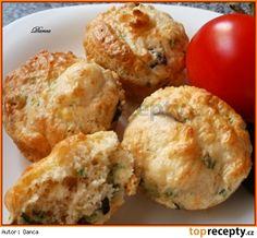 slané pizza muffiny 125 g hlad mouky 1 KL cukru 1/2 KL soli 1 práš do peč oregano bazalka  125 g strouhan sýra  3 nakrájená sušená rajčata  2 jarní cibulky 10 oliv  1 vejce 100 ml podmáslí nebo kefíru Smícháme mouku se všemi suchými přísadami. Přidáme nakrájená rajčata, cibulky a olivy, sýr, promícháme.Přilijeme podmáslí, ve kterém jsme rozšlehali vejce, promícháme a plníme do formiček na muffiny, do poloviny. Pečeme na 180°C asi 15 minut.