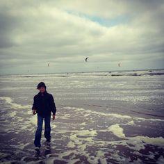 Zantvoort, voorjaar 2013, Floris aan een koud strand aan het kwallenzoeken