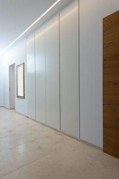 Stauraum gibt es nie genug und am Besten sollte dieser unsichtbar sein. Daher machen wir immer wieder gerne Einbaukästen, die sozusagen in der Mauer verschwinden. Die Fronten werden an die Wandfarbe angepasst, die in den meisten Fällen weiss ist. Divider, Garage Doors, Future, Outdoor Decor, Room, Home Decor, Never Enough, Wood Grain, Clean Lines