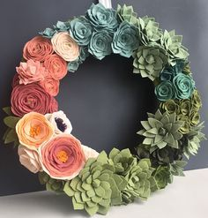 Felt Succulent wreath. What a amazing way to decorate your home, door or for a wedding! All handmade out of little felt flowers and felt succulents. www.handmadeloves.com #handmadeloves