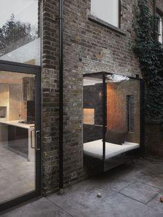 Bed 'buiten' huis, alleen nog een ruimte tussen glas en het bed zelf. Het bed 'in het platform', bouwen.