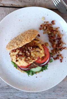 Hjemmelaget burger med maiskrem - Linda Stuhaug Bacon, Food And Drink, Healthy Eating, Ethnic Recipes, Eating Healthy, Healthy Nutrition, Clean Foods, Healthy Diet Tips, Pork Belly