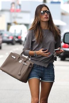 blusa simples, short simples, bolsa show e oculos show...Pra provar q não precisa ter tudo sensacional.