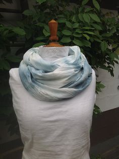 Bleu/turquoise:teinture végétale nuancée,fait-main pour écharpe voile coton de la boutique Couleursmagiques sur Etsy