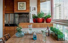 A horta em vasos fica na varanda gourmet projetada pela designer de interiores Cilene Monteiro Lupi