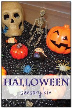 Halloween sensory bin for kids #Halloween #sensoryplay || Gift of Curiosity