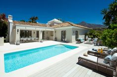 Family Villa in the heart of the Golf Valley, Las Brisas Marbella, close to amenities and schools Modern Pool House, Modern House Plans, Marbella Villas, Moderne Pools, Suite Principal, House Outside Design, Appartement Design, Modern Mansion, Cinema Room