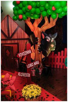 Árvore feita com balões de gás da festa Chapeuzinho Vermelho