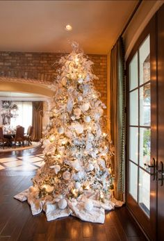 cool 60 Flocked Christmas Tree Decor Ideas Suitable for Special Moment http://about-ruth.com/2017/08/29/60-flocked-christmas-tree-decor-ideas-suitable-for-special-moment/