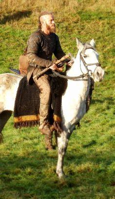 Travis Fimmel from Vikings on his white horse Vikings Tv Series, Vikings Tv Show, Vikings Hbo, Lagertha, King Ragnar Lothbrok, Ragnar Lothbrook, Vikings Travis Fimmel, Viking Series, Viking Shirt