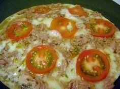 Receita de Pizza de frigideira - 4 xícaras de farinha de trigo , 1 colher (chá) de sal , 2 colheres (sopa) de fermento para pão , 2 colheres (sopa) de azeite de oliva , 1 xícara de água , óleo para untar, 2 linguiças calabresa cortadas em rodelas finas , 500g de mussarela fatiada ou ralada , 2 cebolas médias cortadas em rodelas finas , molho de tomate , orégano