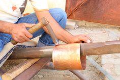 Martelage de la feuille de cuivre : cette opération donnera de la solidité et de la résistance au produit fini. Martelage de la feuille de cuivre : on peut utiliser différents types de marteaux pour martelé le cuivre. Ici le marteau est en métal. Tools, Copper, Objects, Instruments