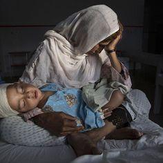 """A afegã Najiba e seu sobrinho Shabir de 2 anos atingido por uma bomba em Kabul no Afeganistão no ano passado. Ela segura o menino enquanto a irmã foi enterrar a outra filha morta no bombardeio promovido pelo Taliban. A foto é de Paula Bronstein e ficou em primeiro lugar na categoria """"Vida cotidiana"""" do World Press Photo o maior concurso de fotojornalismo do mundo cuja premiação aconteceu ontem em Amsterdã. #worldpressphoto #kabul (via @marialauraneves)  via MARIE CLAIRE BRASIL MAGAZINE…"""