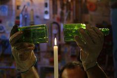 Criamos um jeito mabais fácil de cortar garrafas de vidro para transformá-las em copos. Uma máquina queconsegue cortar até garrafas que possuem