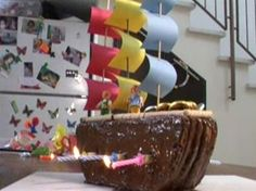 שוטי שוטי ספינתי  לא לקונדיטורים בלבד; בעזרת פתקים צבעוניים למפרשים ומטבעות שוקולד לשלל, תכינו בקלות עוגה בצורת אוניית פיראטים מושקעת וטעימה. צפו בהדרכה