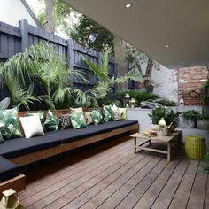 banco de madera muy ampli en la terraza