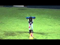 ▶ 2014.04.03 ドラゴンズ劣勢で京セラドームをお祓いをするドアラ - YouTube
