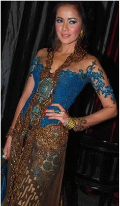 Sharp and vibrant colour with a Balinese touch. Kebaya Brokat, Kebaya Dress, Model Kebaya Modern, Indonesian Kebaya, Indonesian Women, Kebaya Wedding, Khmer Wedding, Wedding Gold, Batik Kebaya