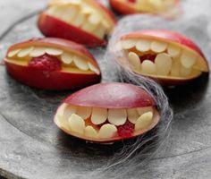 Ett gap att frukta på Halloween! Munnen gör du av äpplen, tänderna av mandelspån och tungan av färska hallon. En supernyttig munsbit som är lika läskig som läskande. Vågar du äta?