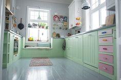 Decor phòng bếp với tone màu xanh bạc hà dịu mát