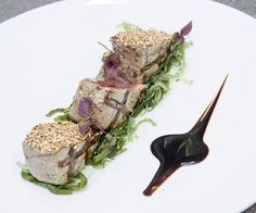 Bereiden: Rooster de sesamzaadjes in een droge koekenpan lichtbruin en strooi ze op een plat bord. Bestrijk de tonijn licht met olie, zout en peper en leg op de hete grill. Als je bang bent dat het uit elkaar valt kan dat op een stukje folie, een grillbakje of in een visklem. In elk geval...
