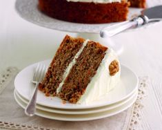 Mary Berry's carrot and walnut cake with cream cheese icing Mary Berry's carrot and walnut cake is covered in a rich cream cheese frosting, ideal as an afternoon tea treat or to make for someone on a … Great British Bake Off, Mary Berry Carrot Cake, Carrot And Walnut Cake, Mary Berry Cake Recipes, Mary Berry Desserts, Carrot Cake Frosting, Bake Off Recipes, Baking Recipes, Food Cakes