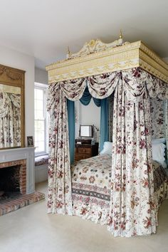 Grand four-poster bed with chintz dressing. Discover fabulous floral chintz designs for traditional and country style rooms - from living rooms to bathrooms and bedrooms. Matching Bedding And Curtains, Bedding Sets, Bedroom Furniture, Bedroom Decor, Bedroom Ideas, Master Bedroom, Fancy Bedroom, Bedroom Bed, Bed Room
