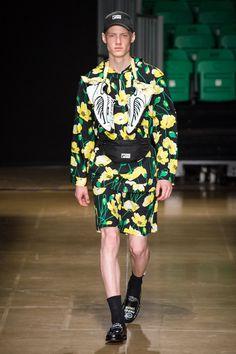MSGM Spring 2020 Menswear Fashion Show Collection: See the complete MSGM Spring 2020 Menswear collection. Look 7 Fashion Fail, Runway Fashion, Mens Fashion, Vogue Paris, Moda Fail, Short Models, Inspiration Mode, Fashion Show Collection, Flower Fashion