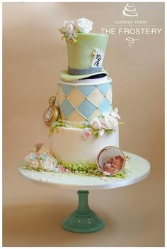 This Alice in Wonderland themed Wedding Cake is so Epic, I can\'t ...