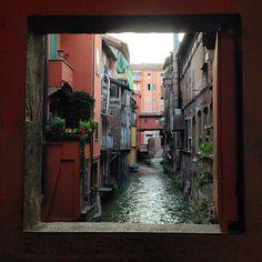 """The window to little venice of Bologna - """"Bolonha - Cidade Base para Viajar pela Itália"""" by @aprendizviajante"""
