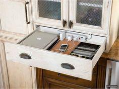 Organize uma estação de carga de aparelhos dentro de uma gaveta da cozinha ou da mesa de cabeceira, bastando fazer alguns buracos.