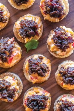 The Local Palate – Pimento Cheese Toasts with Bacon Jam La bouche locale – Toast au pimento avec confiture de bacon Pimento Cheese Sandwiches, Pimento Cheese Recipes, Cheese Appetizers, Yummy Appetizers, Appetizer Recipes, Pimiento Cheese, Bacon Jam, Cheese Toast, Cheese Bites