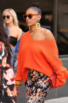 Street Style em NY com calça florida, blusa laranja e maxi brincos amarelos