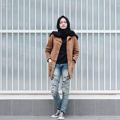 b3fb60a331 Brown coat ripped jeans casual hijab