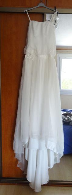 bonjour,     Suite à mon mariage en mai 2014, je vends ma très jolie robe de mariée.   C'est une robe POINT MARIAGE assez différente des autres robes du magasin par son coté romantique. Elle est nettoyée et en parfait état.   C'est une taille 40 retouchée