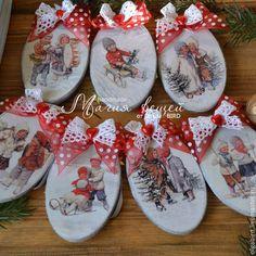 Christmas Fair Ideas, Christmas Wood, Primitive Christmas, Hand Painted Ornaments, Xmas Ornaments, Christmas Baubles, Handmade Christmas Decorations, New Years Decorations, Christmas Decoupage