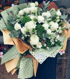 26 ideas for flowers gift arrangement florists How To Wrap Flowers, Bunch Of Flowers, Flowers In Hair, Wedding Flowers, Gift Flowers, Flower Crown Drawing, Yellow Bouquets, Flower Arrangements Simple, Hand Bouquet