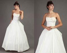 EMMA DOMB wedding gown S / cream ivory taffeta strapless sweetheart bow hourglass bell bridal dress / / small Bridal Dresses, Wedding Gowns, Hoop Skirt, Tent Dress, Floor Length Gown, Long Torso, One Shoulder Wedding Dress, Bodice, Model