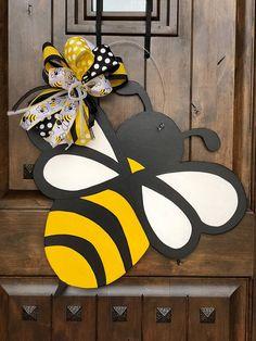 Welcome Spring Door Hangers Summer Wreath 51 Ideas Bee Crafts, Wood Crafts, Bee Party, Wooden Door Hangers, Spring Door, Bee Theme, Front Door Decor, Summer Wreath, Door Design