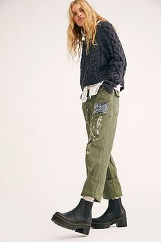 Doc Martens have been in style for almost 60 years, discover what made them so popular. We also discuss how to wear them in style! Style Indie, Style Grunge, My Style, Dr. Martens, Doc Martens Outfit, Grunge Outfits, Mode Outfits, Fashion Outfits, Mode Hipster