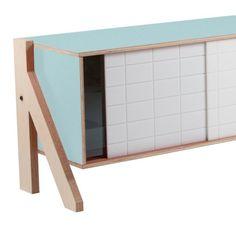 Die Winkel dieses Sdeboards sind von der Architektur inspiriert worden und passen perfekt zu den warmen Holztönen und Farbakzenten. Das macht es sowohl modern als auch bequem. Es wurde in Belgien nachhaltig produziert und per Hand fertiggestellt. Das Sideboard hat drei Türen, damit das Aussehen variiert werden kann. Es ist nur für den Innenbereich geeignet und muss aufgebaut werden. Eine Anleitung und Halterungen sind im Lieferumfang enthalten. Die naturbelassenen H...